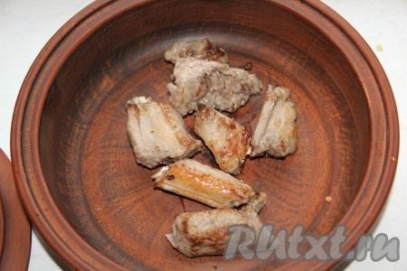 Свиные ребра порезать, обжарить на сильном огне на сковороде можно готовить в казане или другой толстостенной посуде) на растительном масле с двух сторон до золотистой корочки. Мясо отложить в отдельную посуду, накрыть крышкой, сохраняя тепло.