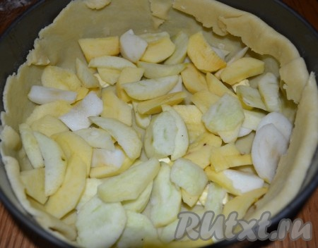 Затем раскладываем 1/3 порезанных яблок.