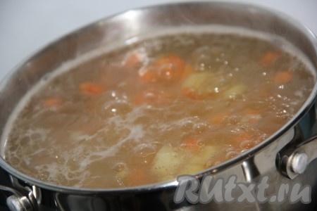 В кипящий бульон добавить картошку и морковь, варить минут 10.