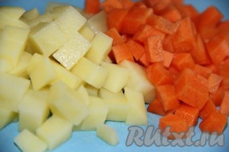 Очищенные картофель и морковь нарезать средними кубиками.