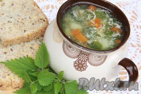 Подать суп из крапивы со сметаной и зеленью.