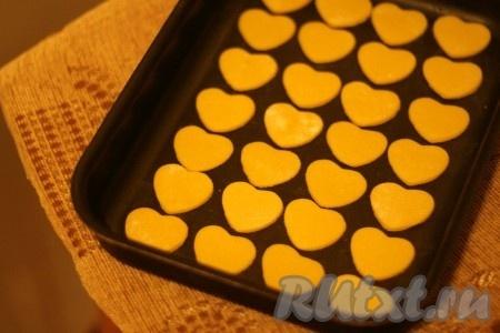 Формой вырезать печенье. Выложить на противень, смазанный маслом.