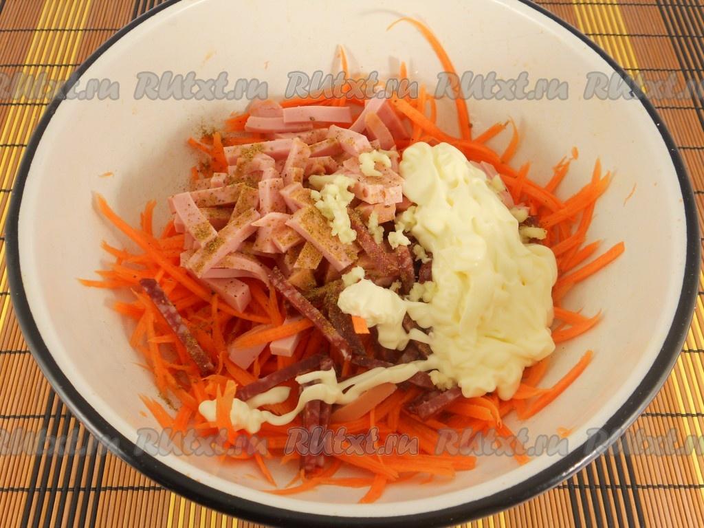 Салат из моркови сухариков и колбасы и