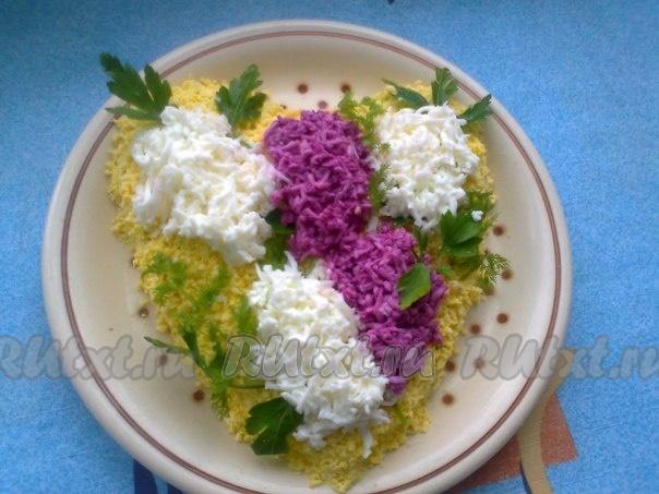 Салат «Мимоза» со сливочным маслом и сыром. Пошаговый ...