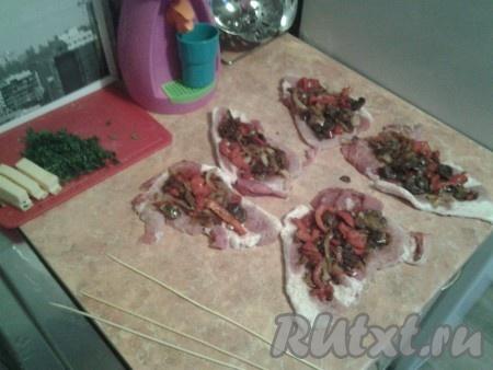 Чистые и сухие стейки из свинины раскладываем на столе, отбиваем, солим и перчим.