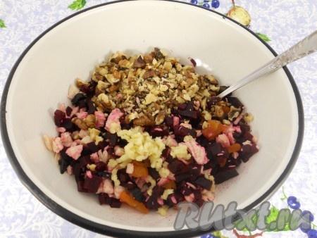 Измельчить и добавить в салат вместе с пропущенным через пресс чесноком.