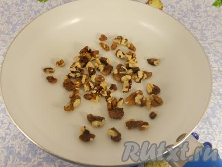 Орехи грецкие немного обжарить на сковороде.