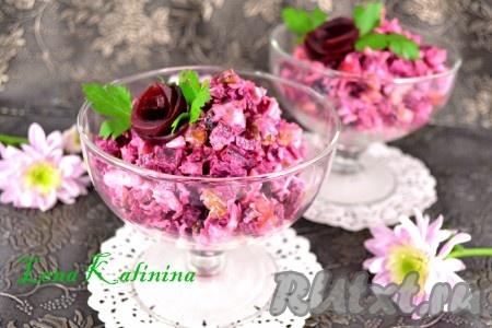 Выложить замечательный и очень вкусный салат со свеклой и курицей в салатник или креманки, украсить зеленью и подать к столу.