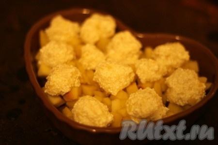 Из полученной смеси сформировать шарики и выложить поверх яблок.