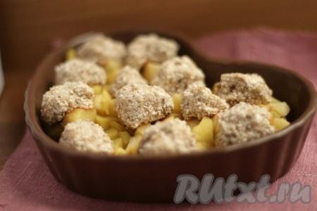 Духовку разогреть до 200 градусов и поставить в неё десерт из яблок и бананов на 6-8 минут. Дать остыть и полностью охладить в холодильнике.