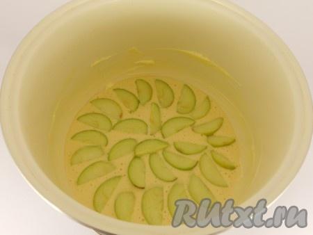 Чашу мультиварки хорошо смазать сливочным маслом, вылить половину теста. Яблоки очистить от сердцевины если нужно и от кожицы), порезать дольками. Выложить половину яблок сверху на тесто. Вылить оставшееся тесто и также сверху - яблоки.