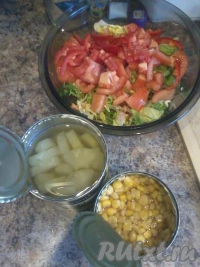 В салат добавить кукурузу, курицу и ананас.