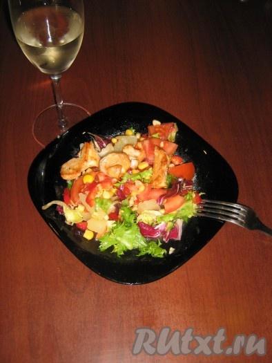 В блюдце смешать оливковое масло, лимонный сок, половину чайной ложки горчицы и выдавить зубчик чеснока. Все перемешать и полить салат. Я обычно часть заправки выливаю в миску с салатом и перемешиваю, а потом выкладываю салат на тарелки и сверху поливаю оставшейся заправкой. Этот лёгкий салат с курицей безумно вкусный.