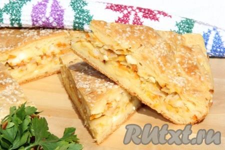 Нежный, вкусный пирог с капустой и яйцами слегка остудить в форме, затем достать из формы и нарезать на кусочки.