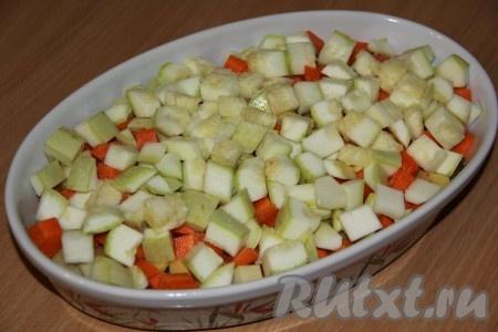 Кабачок вымыть и обсушить. Если готовите молодой кабачок, то можно нарезать его вместе с кожурой. Если кабачок с грубой шкуркой, лучше её снять. Нарезать кабачок средними кубиками, выложить поверх овощей. Можно по желанию добавить болгарский перец и томаты, нарезав их на кусочки.