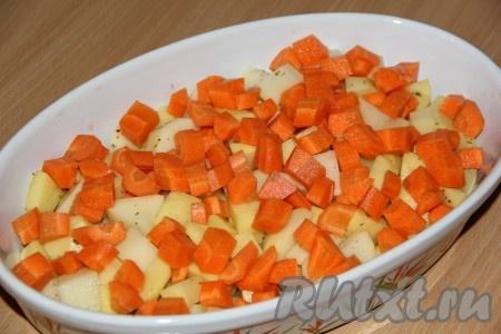 Морковь почистить и нарезать средними кубиками. Выложить морковь поверх картофеля.