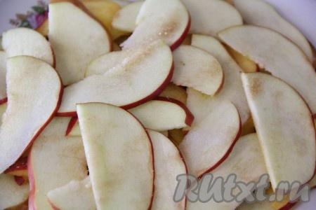 Яблоко и персики вымыть, очистить от семян, нарезать тонкими дольками, присыпать сахаром.