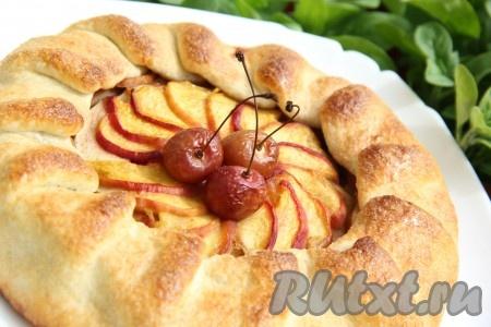 Очень вкусный пирог с яблоками и персиками остудить в форме, затем переложить на плоскую тарелку. По желанию посыпать пирог сахарной пудрой.
