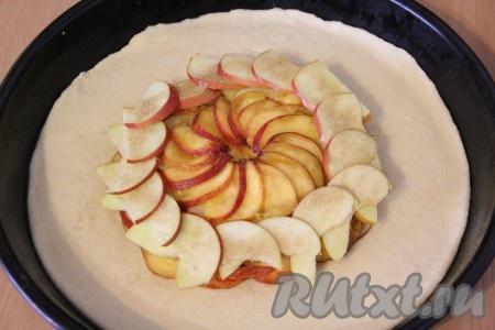 Форму для выпекания смазать растительным маслом. Переложить тесто в форму. На середину теста выложить фрукты. Оставить край теста свободным.