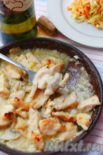 Запекаемкуриную грудку с грибами в сливочном соусе в разогретой духовке 30 минут при температуре 180 градусов. Бюдо получается сочным и очень вкусным.