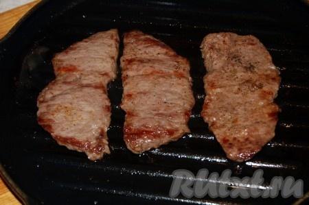 Затем обжариваем мясо на раскаленном гриле, по 2-3 минуты с каждой стороны. Если гриля нет под рукой, то подойдет хорошо разогретая чугунная сковорода, смазанная растительным маслом.