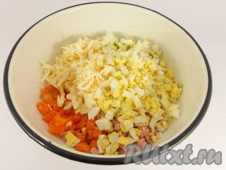 Морковь и яйца отварить, остудить и очистить. Порезать колбасу, морковь, свежий огурчик и яйца мелкими кубиками, добавить в салат натертый на крупной терке сыр.