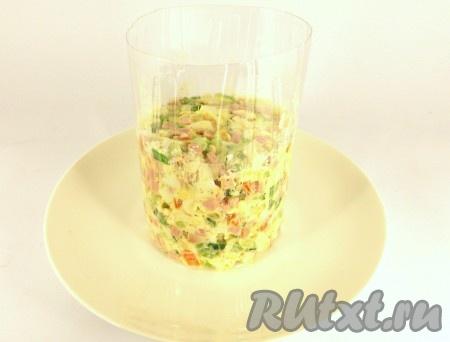 Салат перемешать и выложить в салатник или порционно на тарелку - с помощью кулинарного кольца или обрезанной пластиковой бутылки.