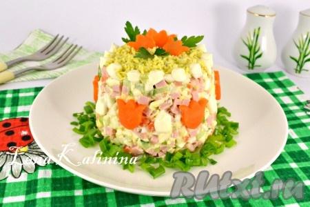 Далее вкуснейший салат с колбасой, сыром, огурцом и яйцами украсить. Я посыпала сверху тертым желтком, украсила морковью, зеленым лучком и петрушкой.