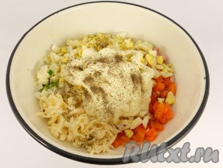 Посолить салат, поперчить, добавить майонез.