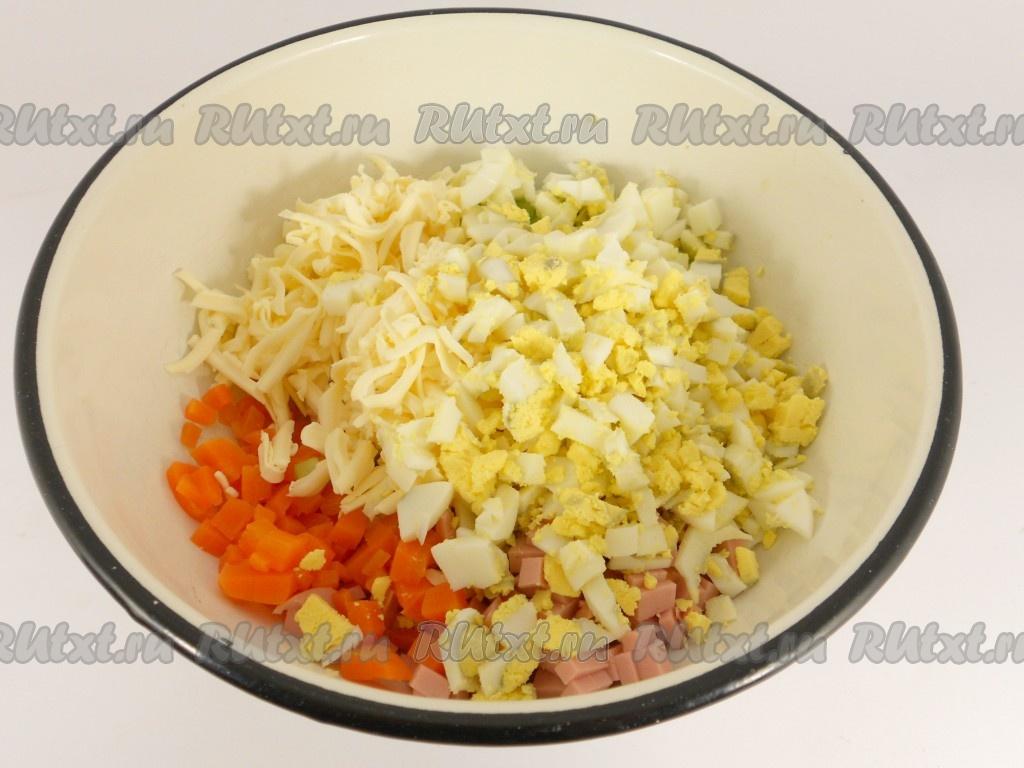 Салаты на новый год с сыром и колбасой