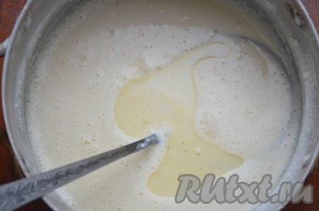 Дать постоять тесту 10 минут, добавить 2 столовые ложки подсолнечного масла, перемешать.