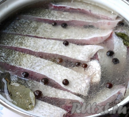 В кастрюлю с подготовленным толстолобиком влить маринад, растительное масло, добавить перец и лавровый лист. Перемешать, чтобы маринад равномерно распределился и дать ему полностью остыть. Я солю толстолобика большими партиями по 2-3 больших тушки), так как рыба эта жирная, то на две тушки я растительное масло уже не добавляю.