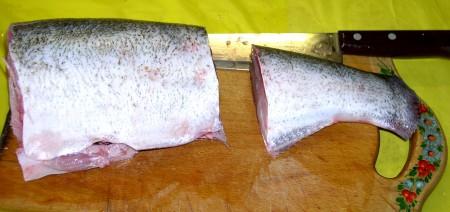 Отрезать плавники, хвост и голову. Если плавники у вашей рыбы очень твердые, воспользуйтесь специальным приспособлением на ножницах.