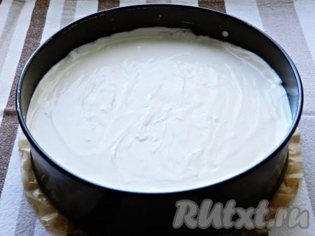 Tayyorlangan tvorogni pechene asosiga qarab, silliq.  Cheesecake piyolasini tashqi ko'rinishi bilan plyonka bilan yoping