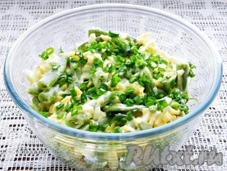 Добавить нарезанный зеленый лук, заправить салат майонезом, перемешать. Украсить салат оливками и подавать.