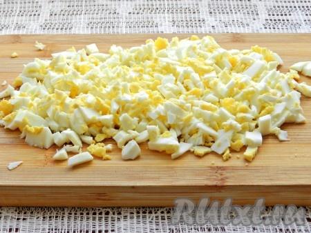 Очищенные яйца нарезать.