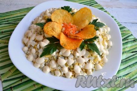"""Из оставленных чипсов сформировать цветок в центре салата, украсить зеленью. Замечательный салат """"Орхидея"""" с чипсами готов! Дать пропитаться салатику в холодильнике минут 15 и можно подавать к столу."""