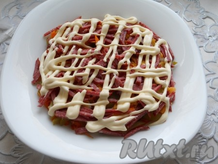 Далее - порезанная соломкой копченая колбаса + майонез.