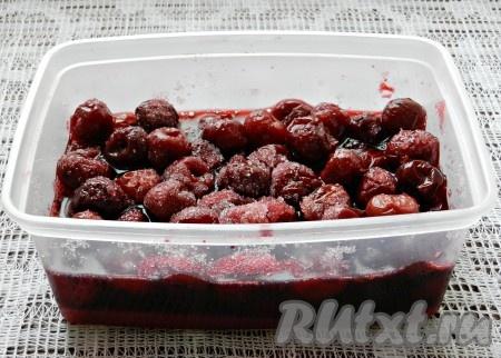 Засыпать вишню сахаром если вишня замороженная, то её немного разморозить, засыпать сахаром и оставить до полного размораживания). Если вишня слишком кислая, можно добавить больше сахара.