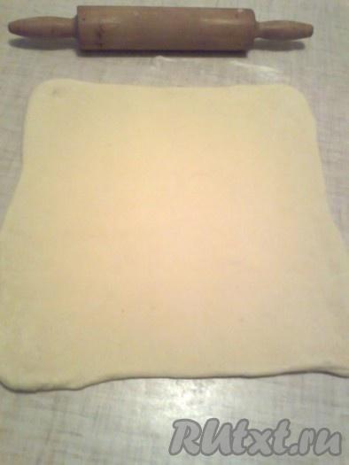 Тесто перевернуть и раскатать до первоначального размера в виде квадрата или прямоугольника
