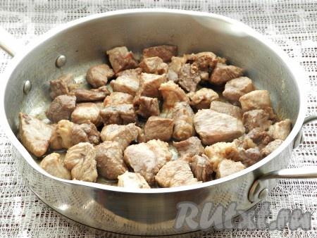 В высокой сковороде разогреть растительное масло и обжарить свинину со всех сторон до золотистой корочки.