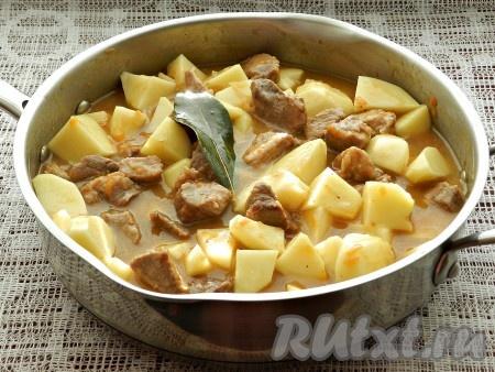 Тушить до готовности картофеля 15-20 минут.
