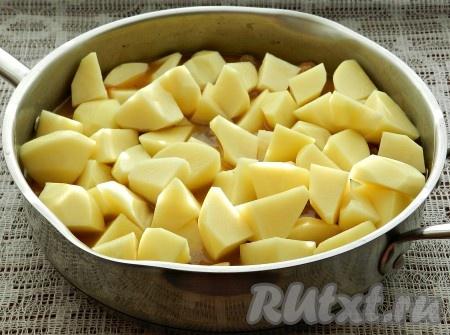 Добавить порезанный картофель, перемешать.