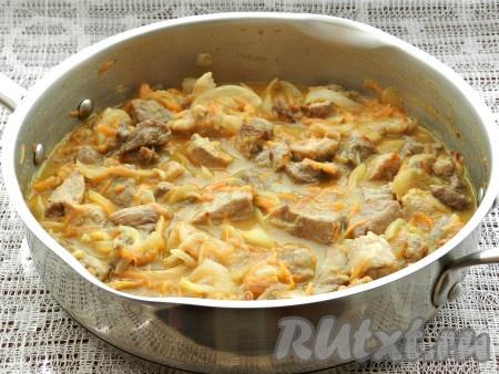 Влить в сковороду горячую воду так, чтобы она полностью покрыла свинину, перемешать, довести до кипения и тушить на медленном огне под крышкой 45-50 минут.