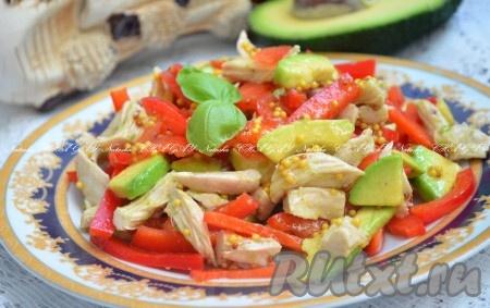 Выложить салат на блюдо. Украсить по желанию зеленью и можно подавать вкусный, яркий, аппетитный салатс курицей, авокадо и сладким перцем к столу.