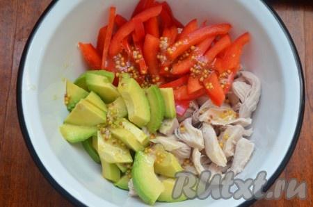 Сложить в миску курицу, авокадо и перец, полить салат заправкой, перемешать.