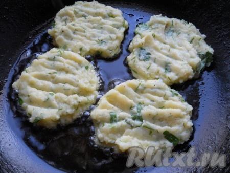 Выкладывать картофельную массу ложкой, в виде оладий, на разогретую с растительным маслом сковороду.