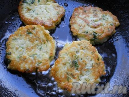 Жарить картофельные оладьи на среднем огне до румяной корочки с обеих сторон. Переворачивать лучше лопаткой, чтобы оладушки не развалились.