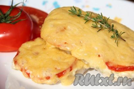 Сыр должен расплавиться и слегка зарумяниться. Вкусную, аппетитную свинину, запеченную с помидорами и сыром, подать в горячем виде с гарниром.