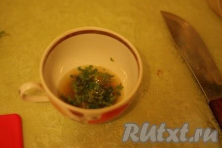 Приготовить заправку для салата из куриного филе с огурцом: смешать оливковое масло, мед, соевый соус, петрушку и жгучий перец.